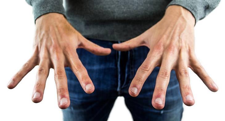טיפים לגמילה מכסיסת ציפורניים: ידיים של גבר