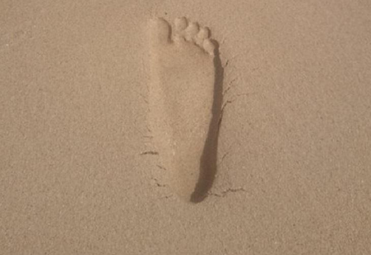 תמונות מתעתעות: כף רגל בחול