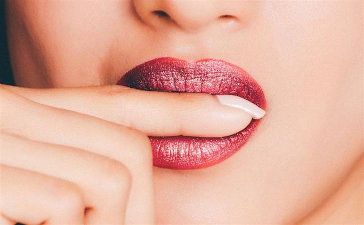 טיפים לגמילה מכסיסת ציפורניים: אישה נושכת את האצבע שלה