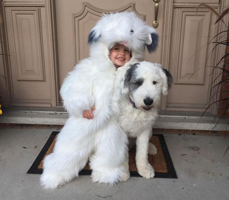 ילדים וכלבים: ילדה מחופשת לכלב שלצדה