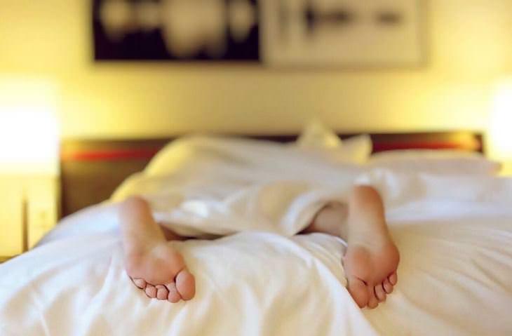 חשיפה לאור: אדם שוכב על המיטה ורואים רק את רגליו