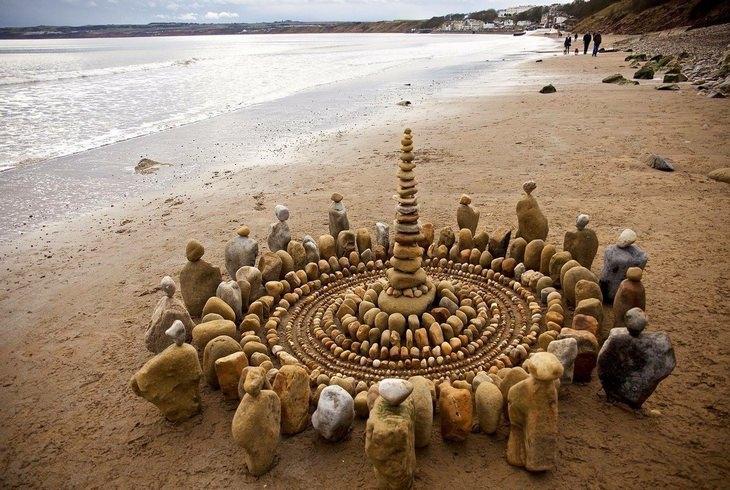 רגעים קטנים ומיוחדים: מעגל של מגדל אבנים העשוי ממאות אבנים