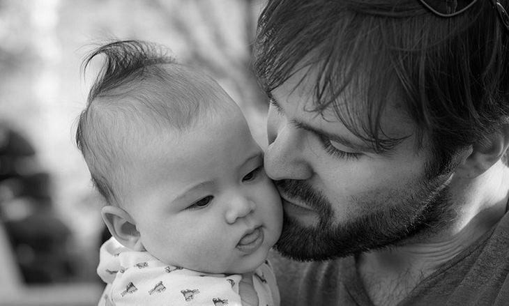 טיפים לסיוע להתפתחות ולמידה של תינוקות: אב מנשק את בתו התינוקת