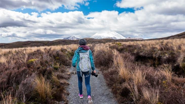 עקרונות לחיים טובים: איש הולך בשביל בטבע