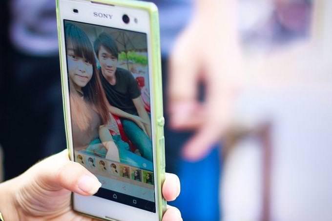 פלאפון עם תמונה של שני ילדים