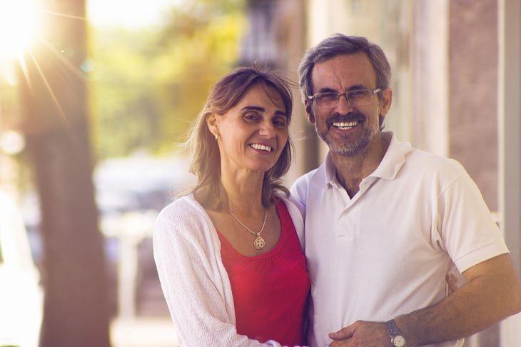עקרונות וטיפים להצלת זוגיות: גבר ואישה חבוקים ומחוייכים