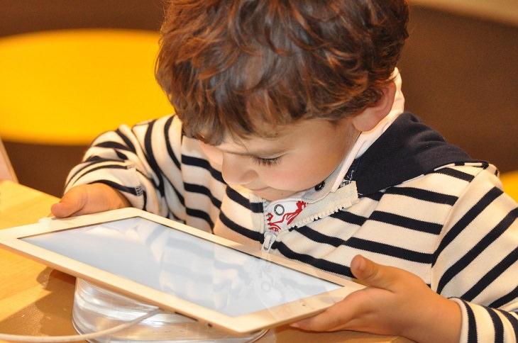 גלישה בטוחה לילדים: ילד יושב מול מחשב לוח