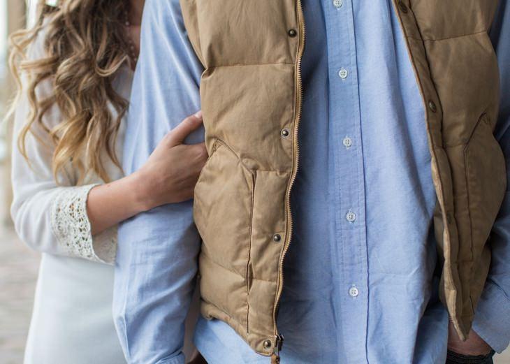 עקרונות וטיפים להצלת זוגיות: אישה אוחזת בזרוע גבר