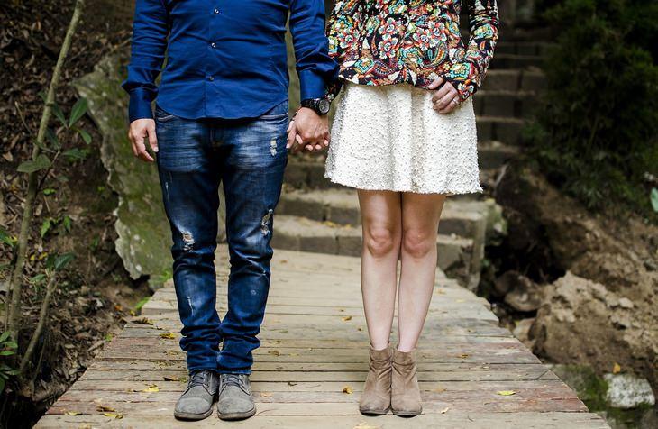 עקרונות וטיפים להצלת זוגיות: גבר ואישה אוחזים ידיים