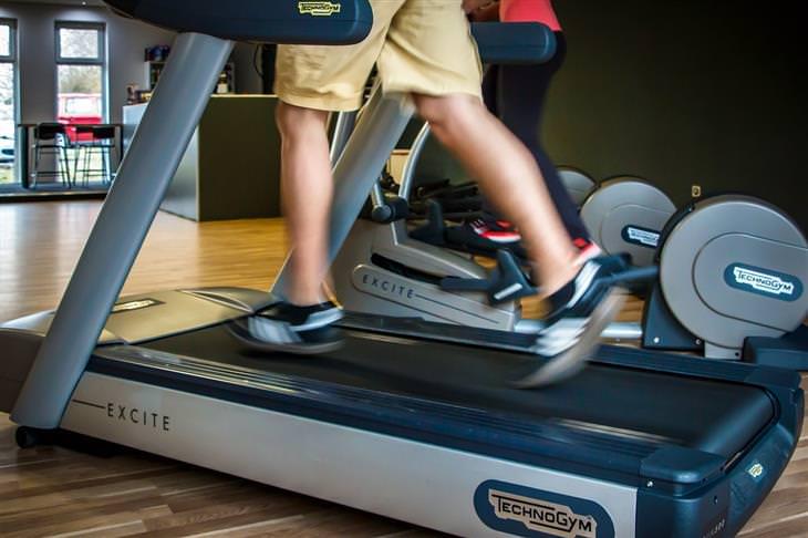סיבות לכך שהדיאטה לא עובדת: איש רץ על הליכון