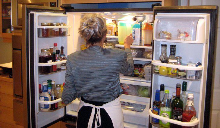 מאכלים שאסור לאכול מעבר לתאריך התפוגה שלהם: אשה מסתכלת במקרר