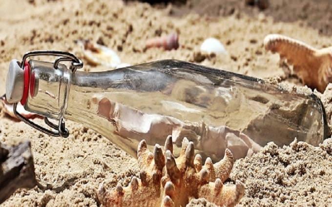 מבחן טריוויה: בקבוק זכוכית על חוף ים