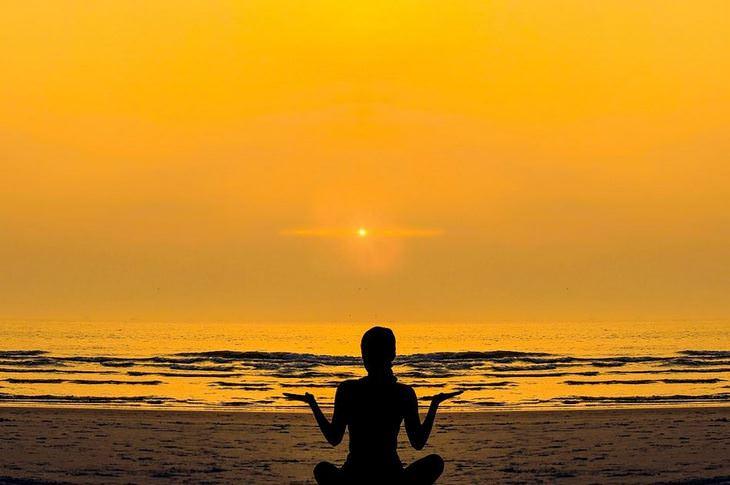 איך לשחרר את הלחץ: אישה יושבת ועושה מדיטציה