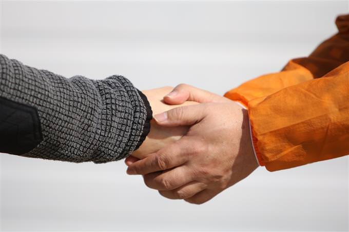 איזה רושם ראשוני אתה יוצר: לחיצת יד