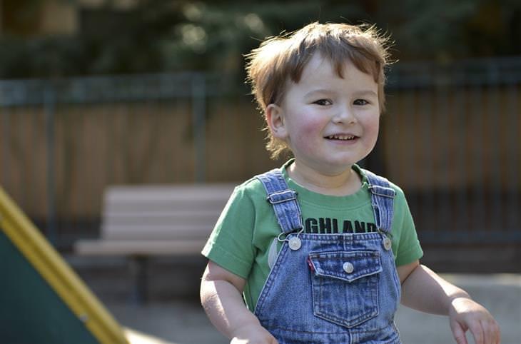 סימנים לאוטיזם: ילד מחייך