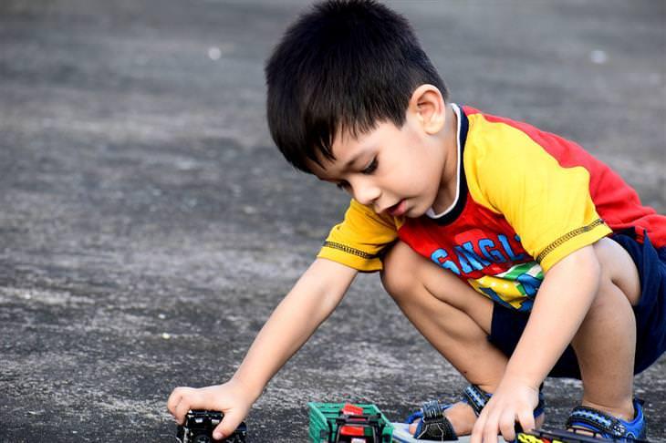 סימנים לאוטיזם: ילד משחק בצעצועים