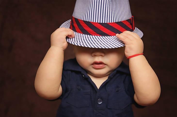 סימנים לאוטיזם: ילד עם כובע