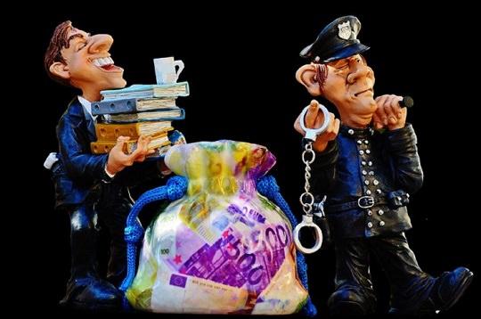 בדיחות לפסח: שוטר עם שק כסף ופקיד מכס