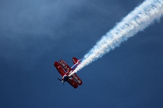 בדיחות לפסח: מטוס ריסוס מפזר עשן