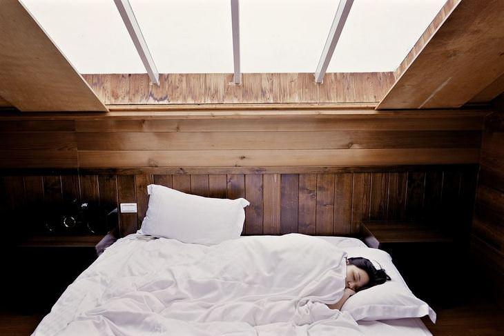 תגליות מדעיות: בחורה ישנה על מיטה בעליית גג