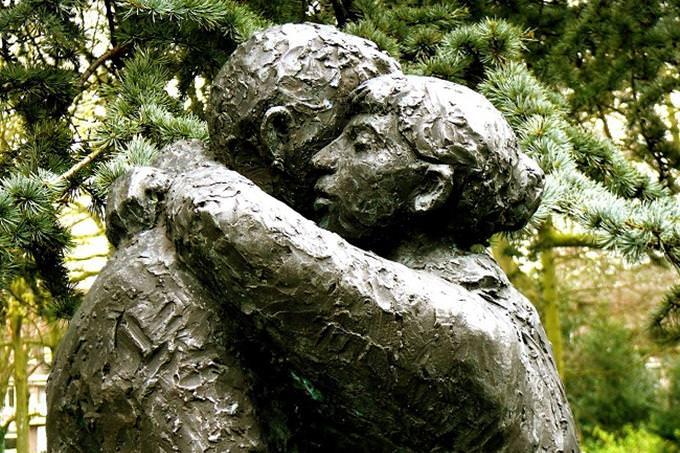 אישה ואיש מתחבקים
