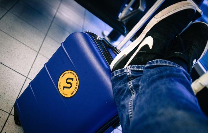 סיבות מדעיות לבגידה: רגליים מונחות על מזוודה