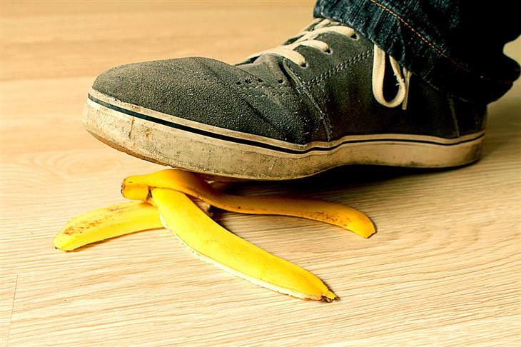 דמי תאונה לנפגעי תאונות אישיות: איש דורך על קליפת בננה
