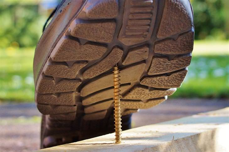 דמי תאונה לנפגעי תאונות אישיות: נעל שעומדת לדרוך על מסמר