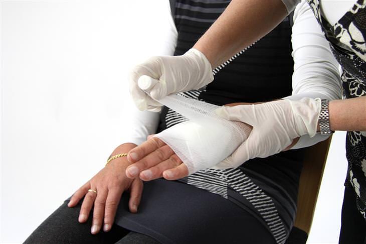 דמי תאונה לנפגעי תאונות אישיות: רופאה חובשת יד של אישה