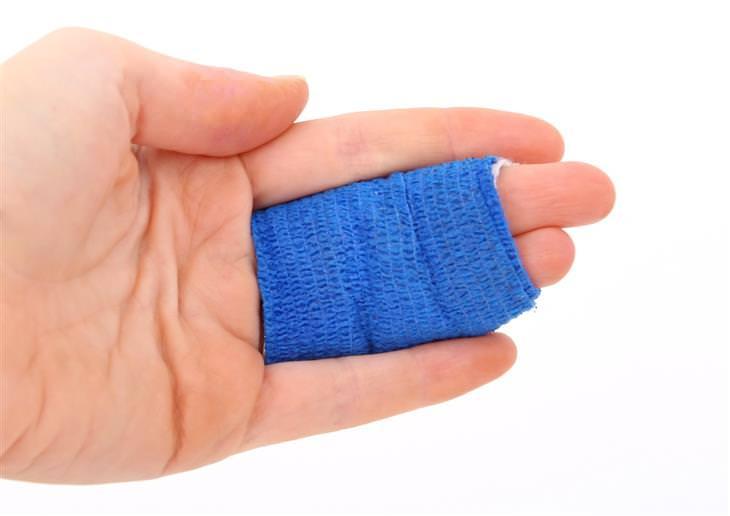 דמי תאונה לנפגעי תאונות אישיות: יד עם 2 אצבעות חבושות