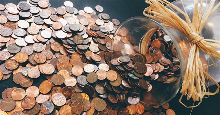 איך ומתי מביאים דמי כיס לילדים: צנצנת שנשפכים ממנה מטבעות רבים