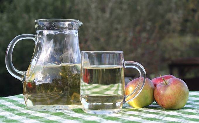 כד מים עם כוסות ותפוחים