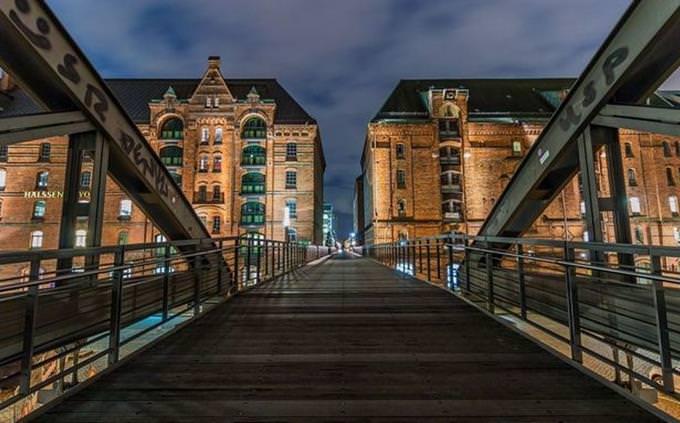 גשר עם שני בנינים בסופו