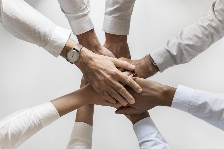 רגלים בריאים לחיים טובים: ערימת ידיים של צוות