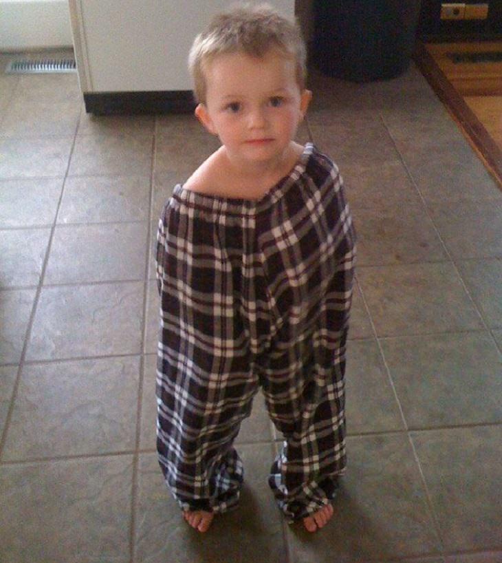 ילדים שהסתבכו בצרות: ילד שכל גוף בתוך מכנסי אביו