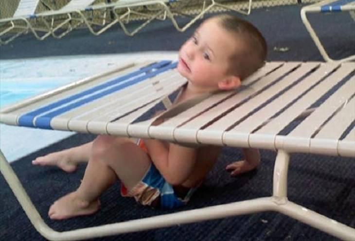 ילדים שהסתבכו בצרות: ילד שראשו תקוע בתוך כסא בריכה
