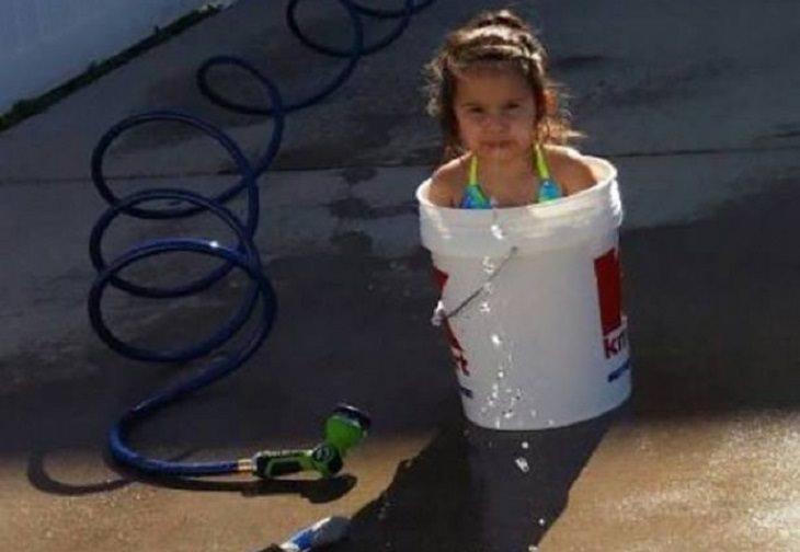 ילדים שהסתבכו בצרות: ילדה יושבת דלי מים