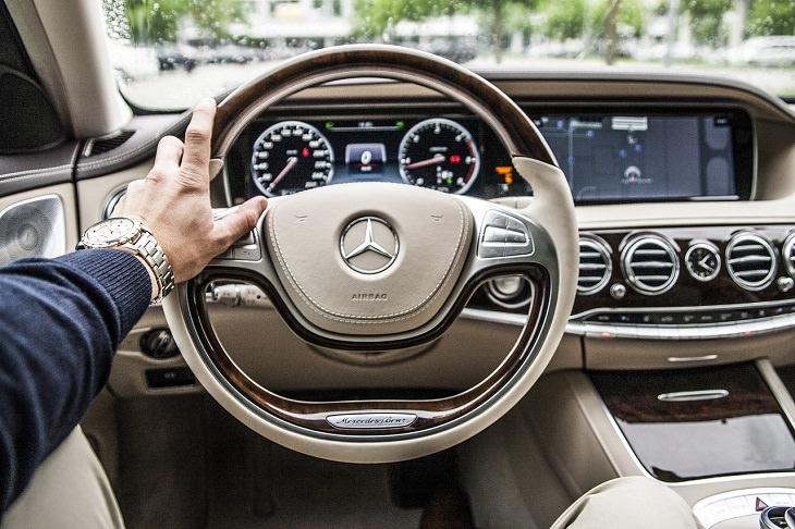 טיפים לרכב: יד של אדם מחזיקה בהגה ברכב