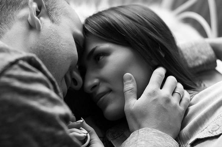 אושר במספרים: אישה מביטה על בן זוגה