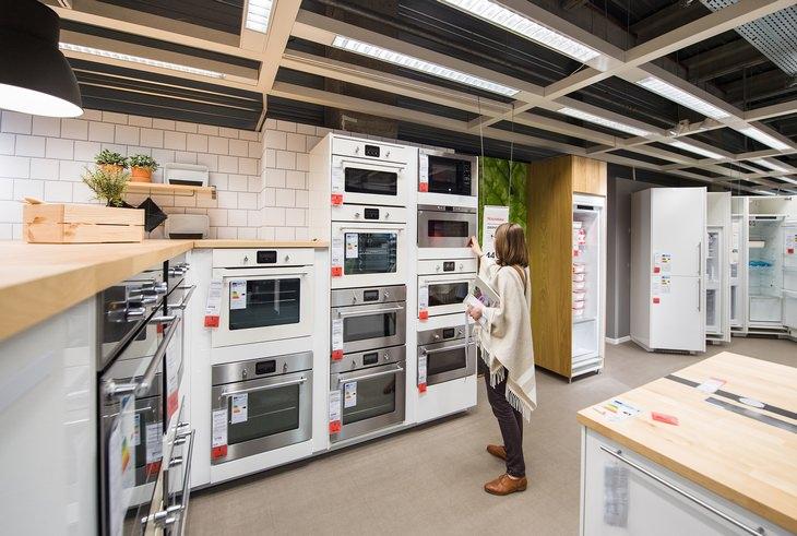 בניית מטבח חוץ: אישה בוחרת תנור למטבח