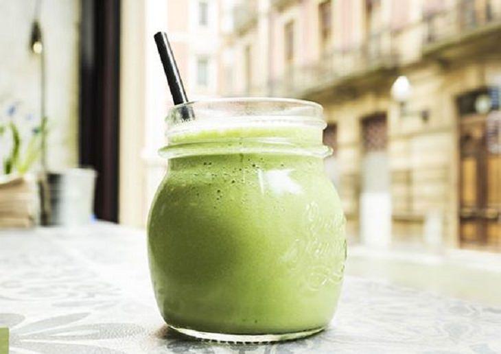 יתרונות בריאותיים של עשב החיטה: שייק ירוק בצנצנת