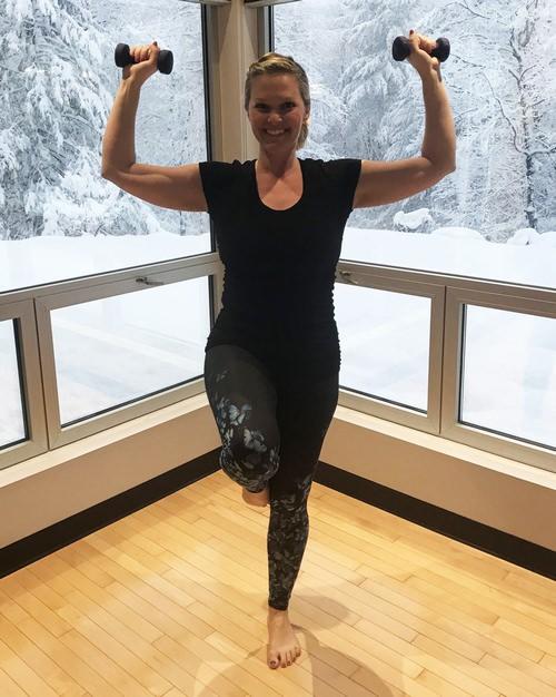 רצף תרגילי כושר לחיזוק וחיטוב הזרועות ושרירי הבטן: הדגמה של דחיקת כתפיים עם שיווי משקל