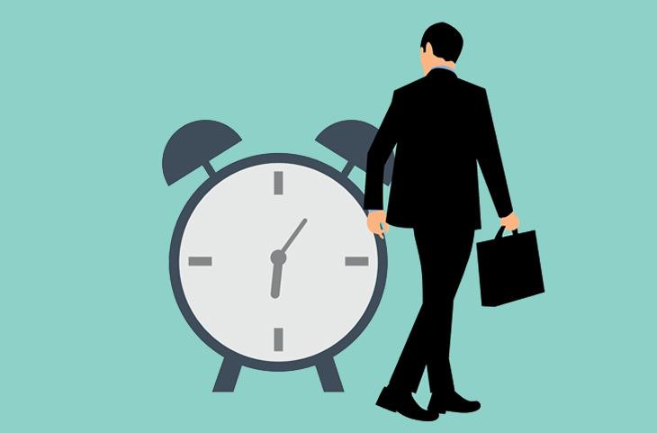 ארבעת סוגי הבוסים: איור של איש בחליפה הולך ליד שעון מעורר גדול