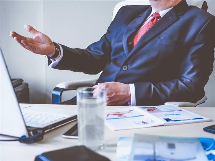 ארבעת סוגי הבוסים: איש בחליפה יושב מול שולחן ומדבר