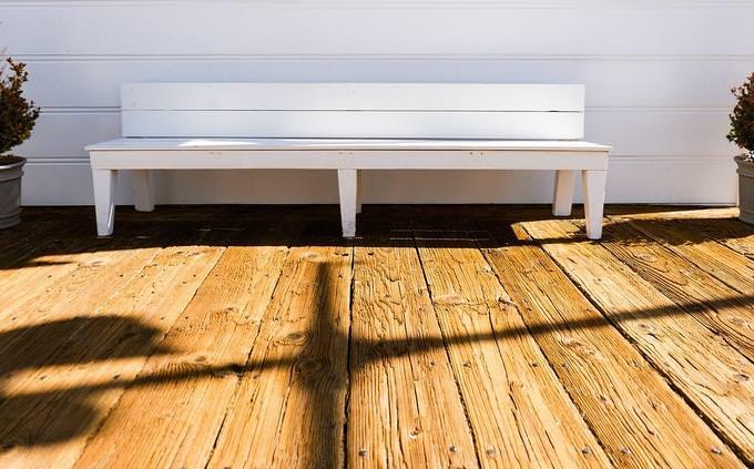 מבחן טריוויה בעברית: דק עץ עליו מונח ספסל