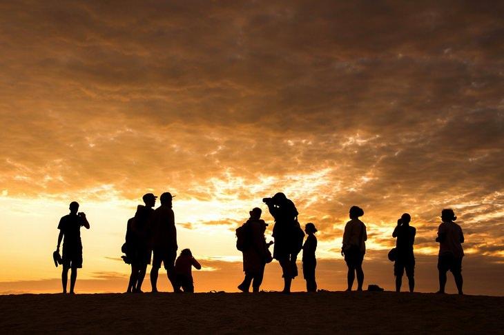 עצות רוחניות של פמה צ'ודרון: אנשים עומדים על גבעה מול שקיעה