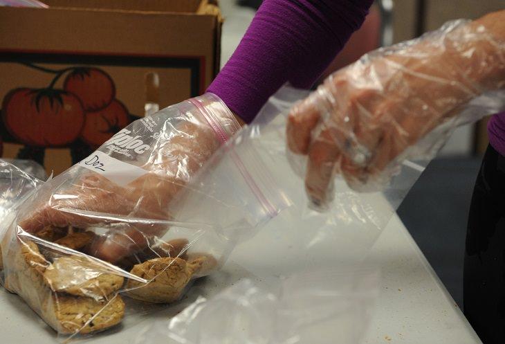 טיפים לבישול ואפייה: אישה מכניסה עוגיות לשקית