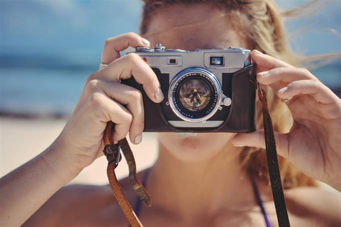 מבחן חיוכים: אישה מצלמת במצלמה