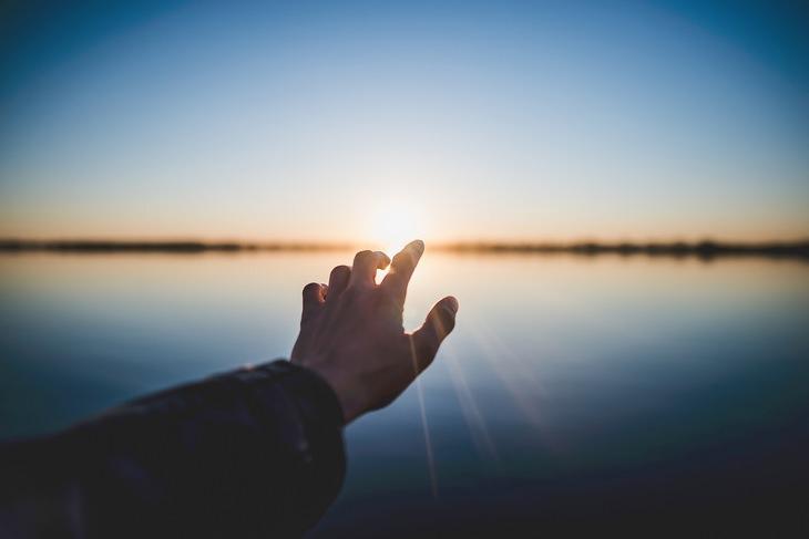 עצות רוחניות של פמה צ'ודרון: יד נשלחת אל עבר אור השמש באופק