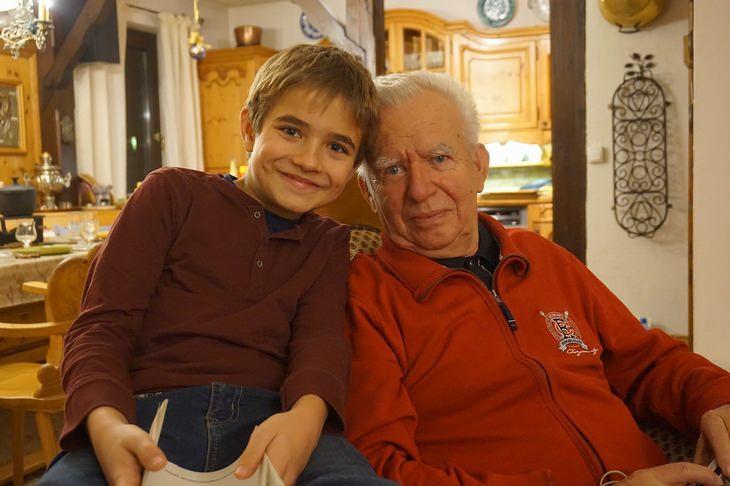 ברכה לסבא וסבתא: סבא ונכד יושבים